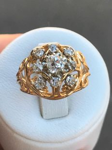 Antique ring in 18 kt yellow gold, decorated with a central diamond and circled by Top Wesselton 8 diamonds, for a total of 0.81 ct