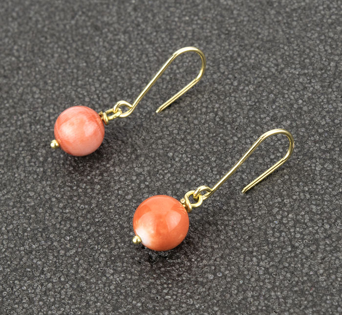 18 kt yellow gold - Earrings - Pacific natural coral of 9.60 mm - Earring height: 28.50 mm.