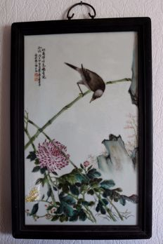 Porcelain plate with bird on a bamboo rod in a wooden frame - China - 21st century