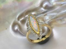 White gold ring with opal and diamonds; Size: 48.