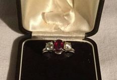 Trilogy ring in 18 kt white gold with a ruby and two diamonds, 1950s