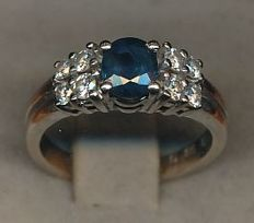 18 kt white gold ring with 0.35 ct sapphire and 8 brilliant cut diamonds totalling 0.40 ct.