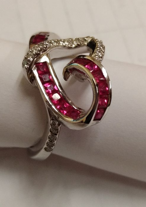 Cocktail ring in 18 kt white gold with rubies of 1.30 ct and diamonds of 0.16 ct, Wesselton SI, size 18. Head size 20 x 14 mm