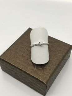 Solitaire engagement ring in white gold with diamond