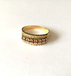 18 kt gold ring with natural rubies and diamonds