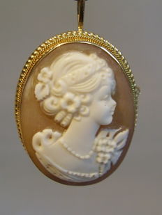 Antique gold pendant with hand carved seashell cameo of 10 ct.