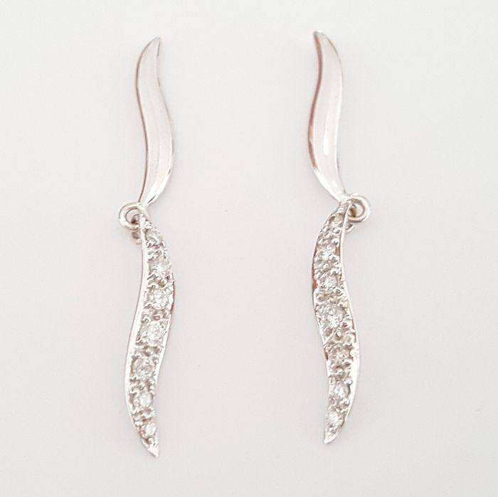 18 kt white gold long earrings with 0.30 ct diamonds - Length: 3.4 cm
