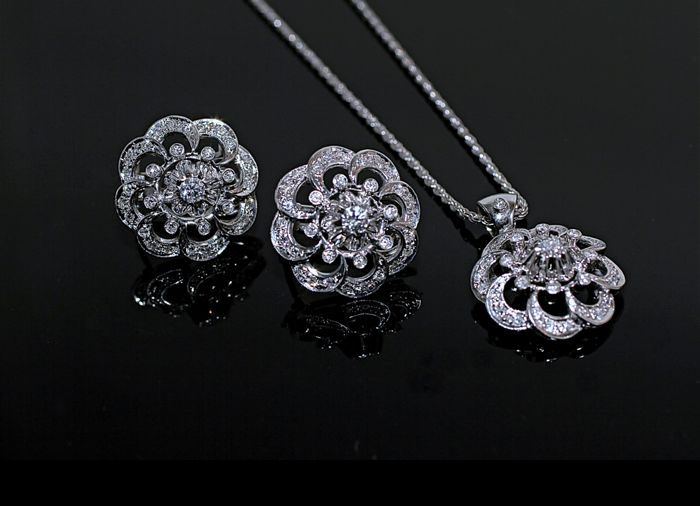 18 kt white gold parure with 1.80 ct diamonds