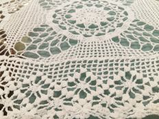 Florence Pure cotton tablecloth in crochet. Handmade. Size 150 x 100 cm.