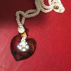 Mexican amber heart with red gold, 1 ct diamonds, including  gemmological certificate. Weight 60 g.