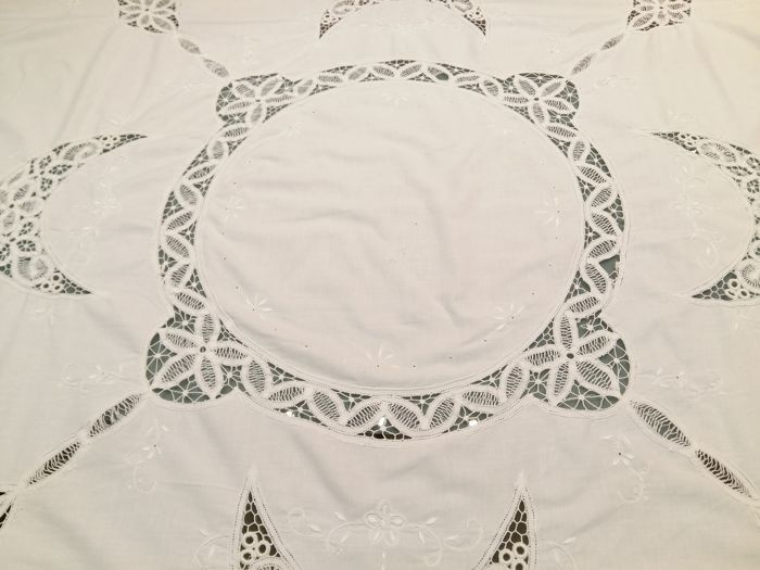 Florence Large pure cotton tablecloth with embroidery and real crochet inlays Diameter 160