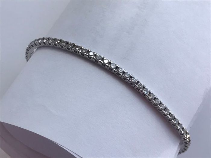Tennis bracelet in 18 kt white gold with 2.07 ct diamonds