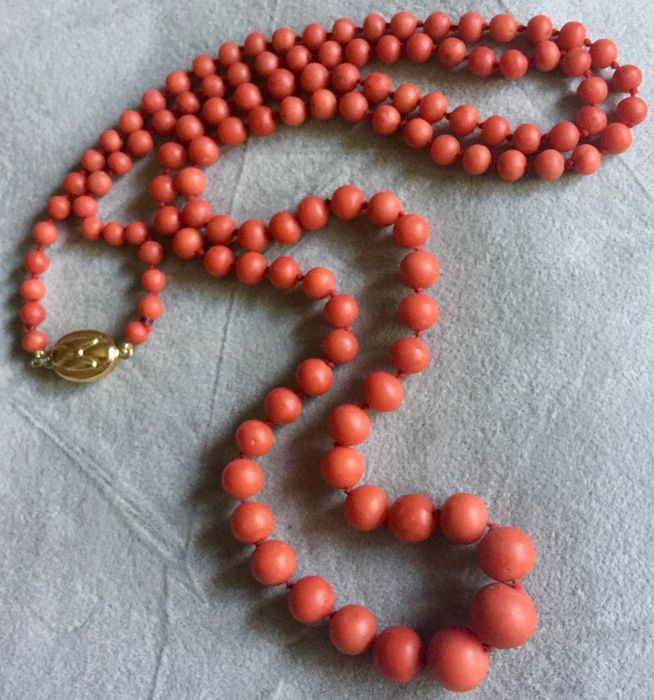Mediterranean coral bead necklace, graduated, 750/1000 gold clasp.