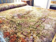 Velvet bedspread with lace on two sides Dimensions 200 x 245