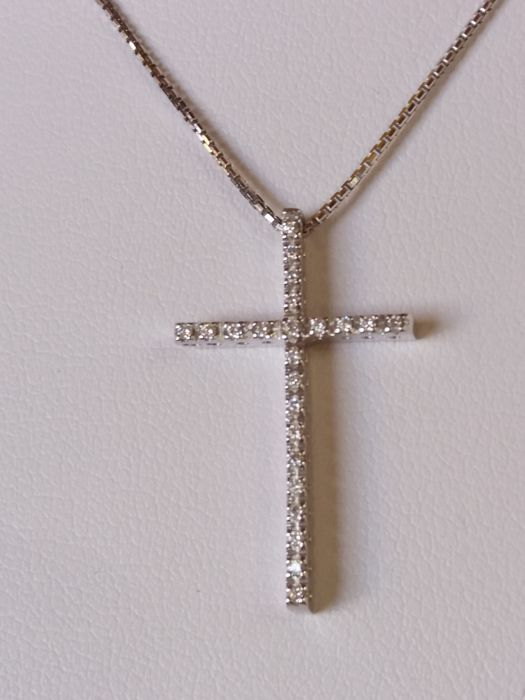 Necklace with cross-shaped pendant with brilliant cut diamonds, 0.23 ct, colour H, clarity VS.