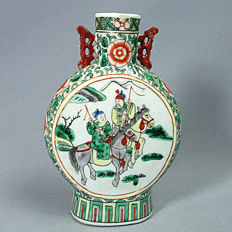 Moonflask porcelain vase, Famille Verte decoration of noblemen riding horses & diplomats - China - 19th century