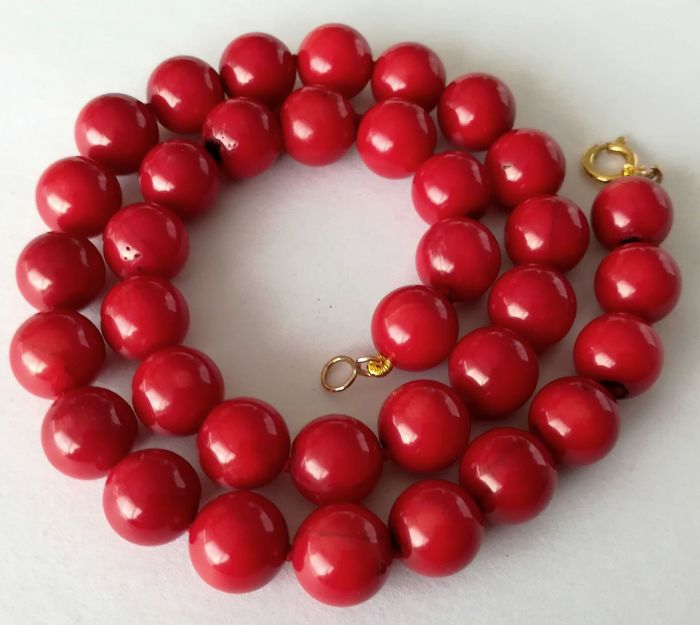 19.2 kt – 11 mm red coral necklace – gold hoop clasp