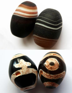 Lot of four curved agate beads of 'Dzi' type - 3 eyes, Longevity Bottle and Chung dZi - Tibet - end of 20th century