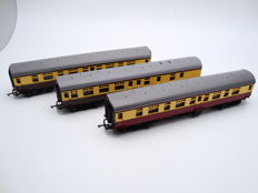 Triang 00 - R29/R329/R330 - 3x 9 inch Mark 1 coaches (Composite / Brake 2nd) of British Railways in maroon/cream and brown/cream livery