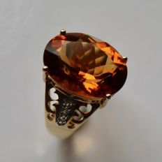 Gold ring with oval faceted large natural Madeira Citrine ca. 6.83Ct. very bright with intensive Oranje color and 8 white Topazes. Excellent state.