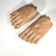 Two Egyptian wooden feet belonging to a wooden statue. L 6,5-7,5 cm