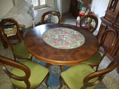 A Louis Philippe style set composed by a wooden round dining table and 6x wooden upholstered chairs - Italy, 20th century