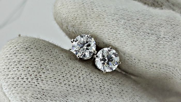 1.00 ct  D/VS2   round diamond stud earrings 14 kt white gold