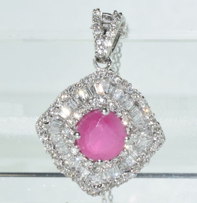 Necklace and pendant in 18 kt white gold set with a ruby of approx. 1 ct and 107 diamonds for approx. 2.60 ct *** NO RESERVE PRICE ***