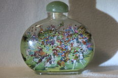 "Snuff bottle - very large (535 g) - interior glass painting with the ""108 robbers of the Liang-Schan-Moor"" - China 20th/21st century"