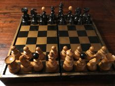 Antique Staunton chess set, circa 1880 with original wooden box, can be folded