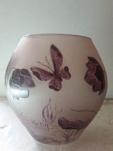 Moda (Daum) - Vase decorated with a Butterfly and flowers
