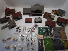 Faller/Pola/Viessmann H0 - Diverse lot with old houses, lanterns, figures and spreading