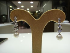 White gold earrings (18 kt) with natural diamonds and cultured salt water pearls
