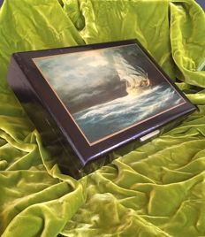 Document box in lacquered wood with a printed vessel, with small brass handle, dimensions 28x20xh6 England