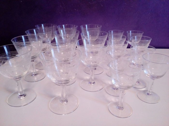 Lot of 20 1930s glasses