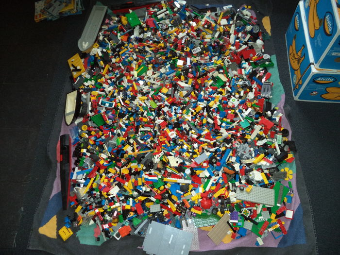 Assorted various different building blocks 28.6 kg inclusive + several booklets total 28.6 in Lego