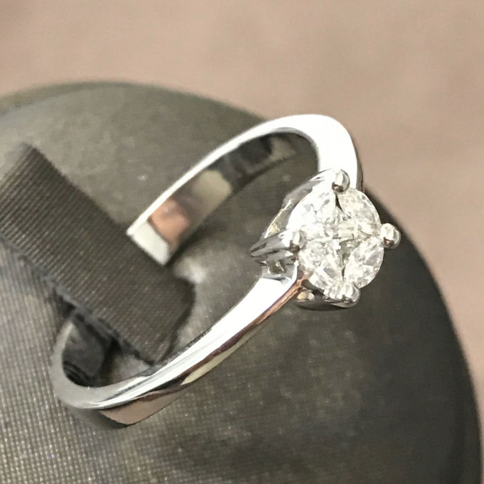 18 kt white gold ring with 0.42 ct total of diamonds, princess-cut central one of 0.10 ct surrounded by 4 marquise-cut diamonds of 0.08. Size 17 with free resizing.