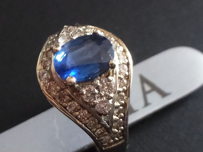 White gold ring (18 kt) with sapphire (1.55 ct) and diamonds (0.58 ct) - size 15