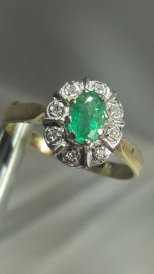 14K gold ring set with emerald 0,50ct and 8 diamonds, No Reserve