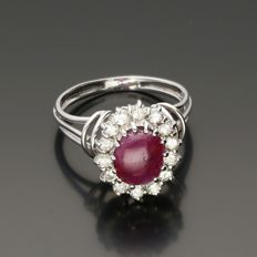 18 kt – White gold rosette ring set with a cabochon cut ruby and 14 round brilliant cut diamonds of 0.70 ct in total. - Ring size: 17.5 mm