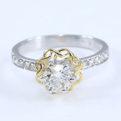 0.77 ct. Center Solitaire diamond ring with Side diamonds of 0.23 ct. -Total diamond weight 1.00 ct - Ring size: 53  (FR) /17 mm