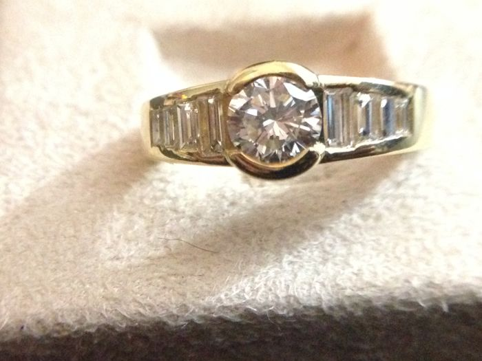 Yellow gold ring with central diamond, 0.80 ct, colour F-G/VVS1 + baguette cut diamonds, 0.40 ct - size 14