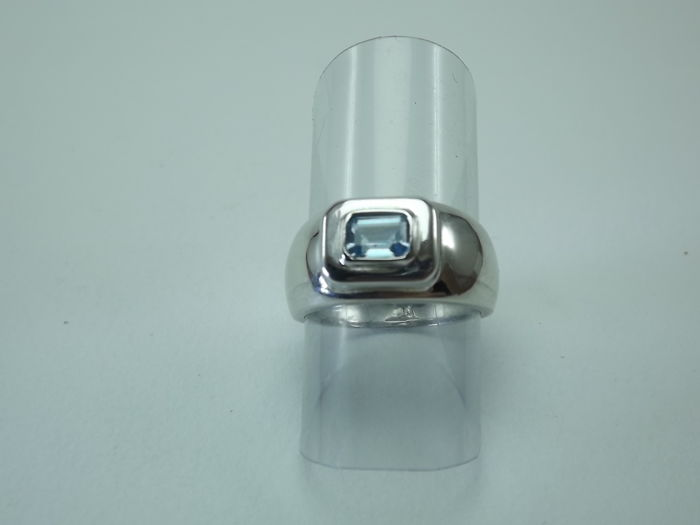 White gold ring with an aquamarine weighing 0.6 ct.  Size: 13