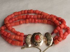 Magnificent, beautiful antique bracelet with three strands of 100% natural precious coral with a very beautiful gold clasp with a safety catch.