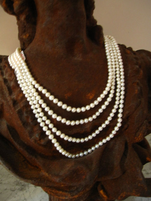 Endless necklace made up of 382 pearls, 5.76 - 6.4 or a total length of 250 cm from South Asia.