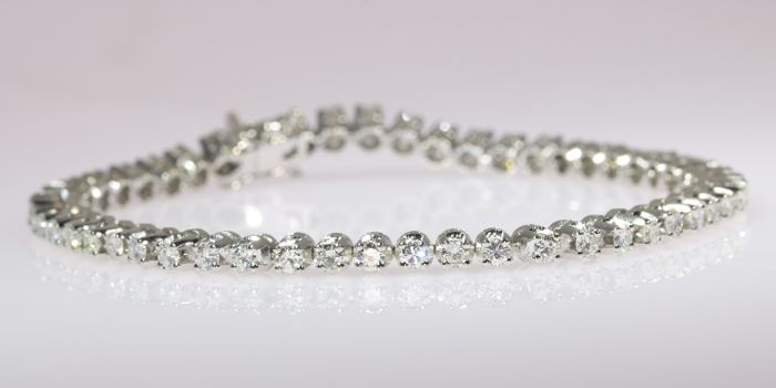White gold diamond tennis bracelet with 3.60 crt total carat weight - circa 1970