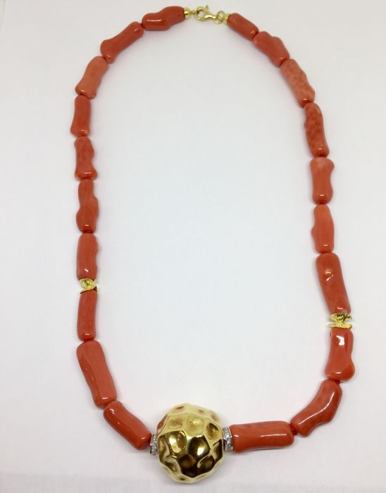 Necklace in Cerasuolo coral with clasp in 18 kt yellow gold and diamonds