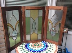 Beautiful triptych stained glass or for the fireplace with mosaic pieces and cut glass in oak frames - circa 1940