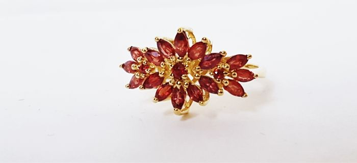 Yellow gold ring set with ruby flowers