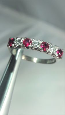 14K white gold ring set whit diamonds and rubies. Size: 16,75 mm, No Reserve